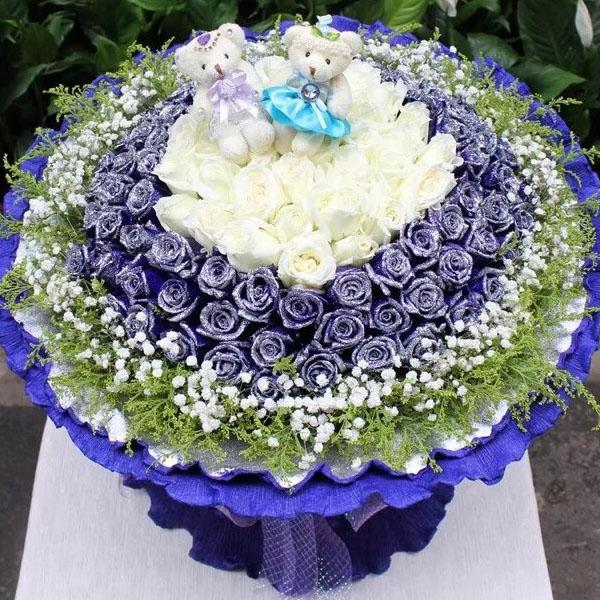 66枝蓝色妖姬,33朵白玫瑰,外围满天星和黄莺,2个小熊