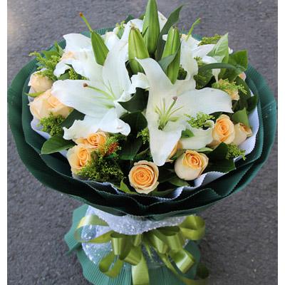19朵香槟玫瑰,2枝多头香水百合,搭配栀子叶和黄莺