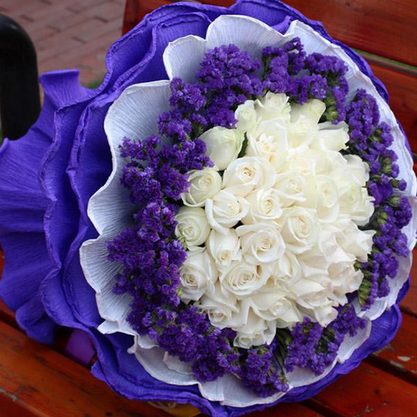 33朵白玫瑰,外围紫色勿忘我